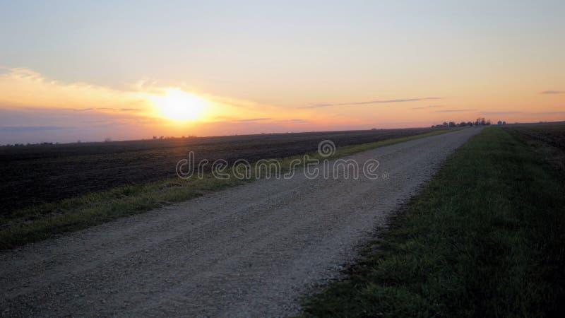 Заход солнца над cropland в Иллинойсе стоковые изображения rf