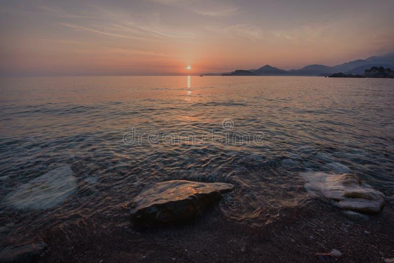 Заход солнца над ` s St Stephen в Черногории стоковое изображение