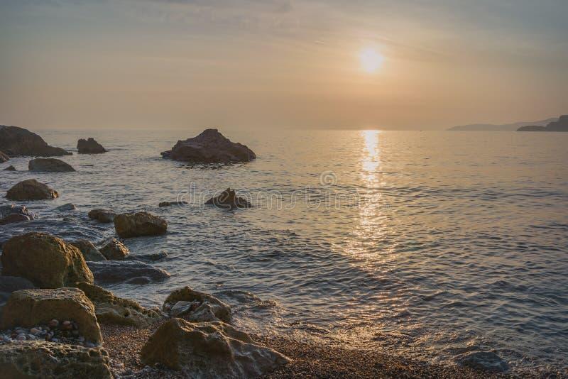 Заход солнца над ` s St Stephen в Черногории стоковые фото
