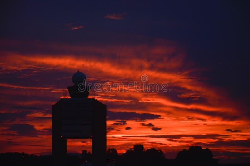 Заход солнца на авиапорте стоковая фотография rf