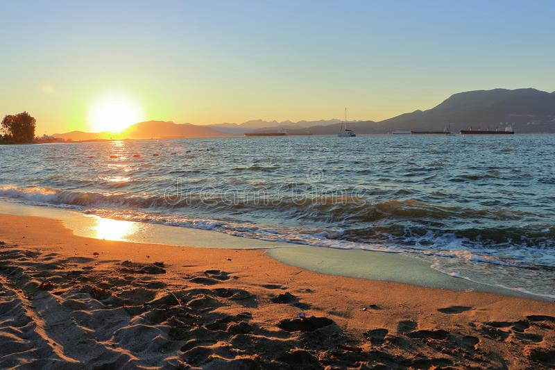 Заход солнца на английском заливе от пляжа Иерихона, Ванкувера, b C стоковые изображения rf