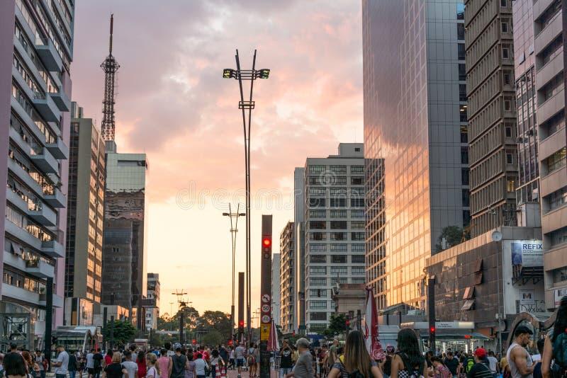 Заход солнца на бульваре Paulista, Сан-Паулу, Бразилии стоковые изображения