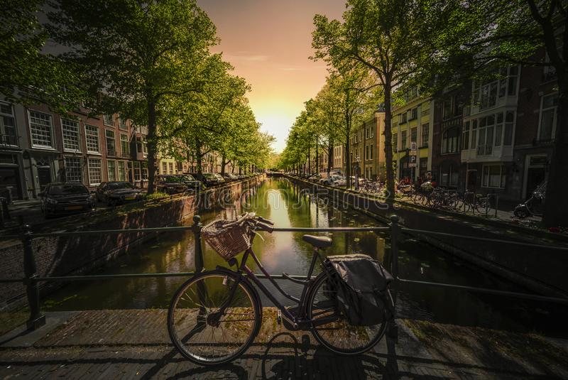 Заход солнца на велосипедах на мосте Амстердама стоковые изображения rf