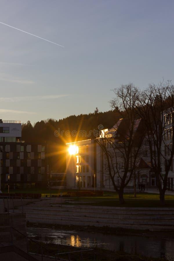 заход солнца на вечере в ноябре в историческом городе стоковое изображение rf