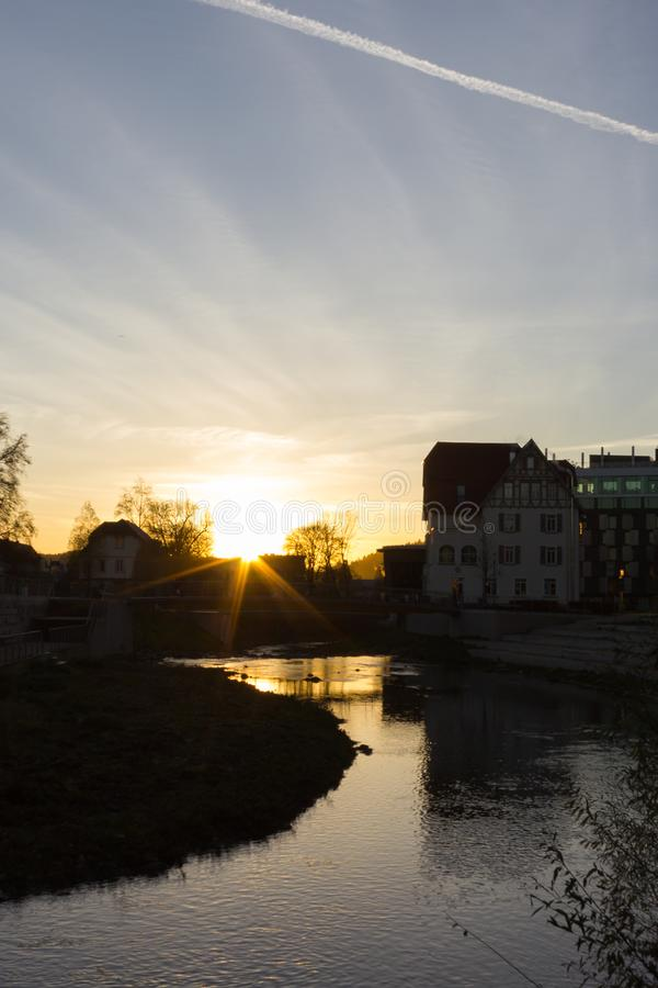 заход солнца на вечере в ноябре в историческом городе стоковые изображения