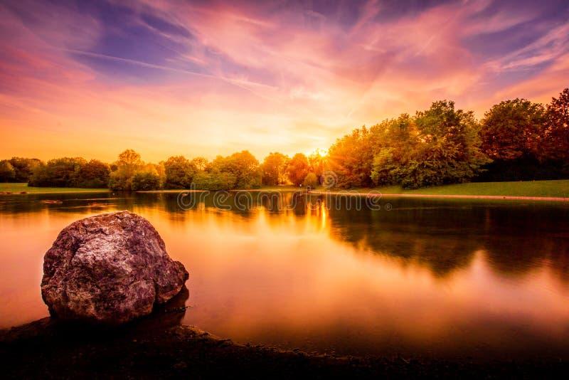 Заход солнца на восточном парке Мюнхене стоковые фото