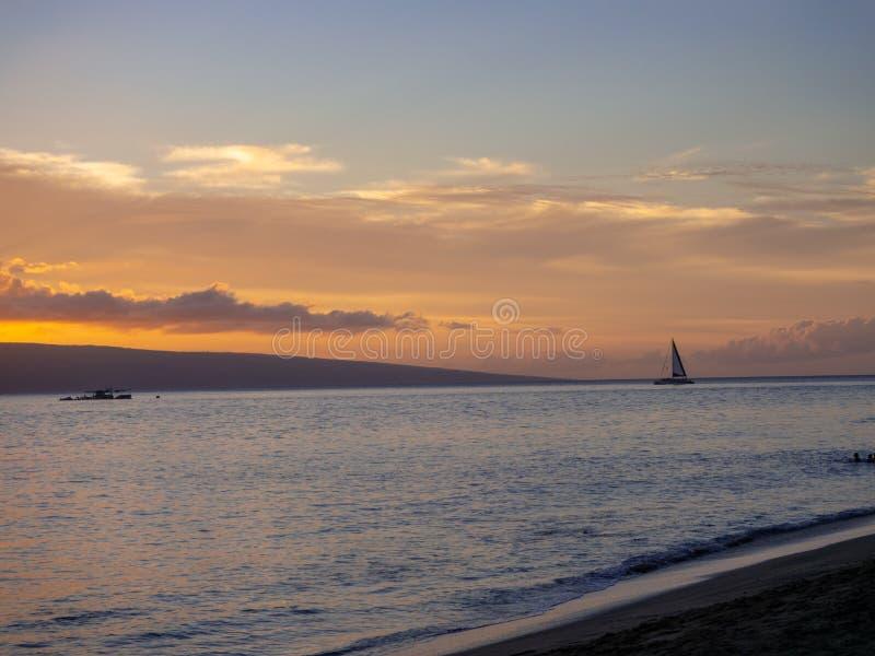 Заход солнца на Гаваи на пляже на Мауи стоковое фото