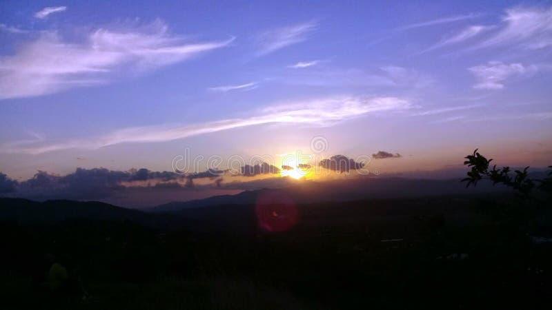 Заход солнца на горе стоковые изображения rf