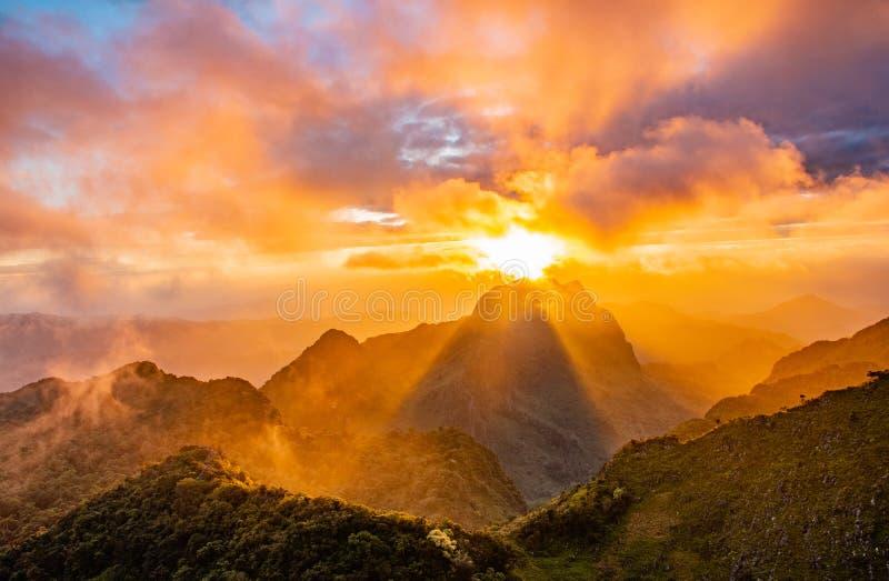 Заход солнца на горе стоковое изображение rf