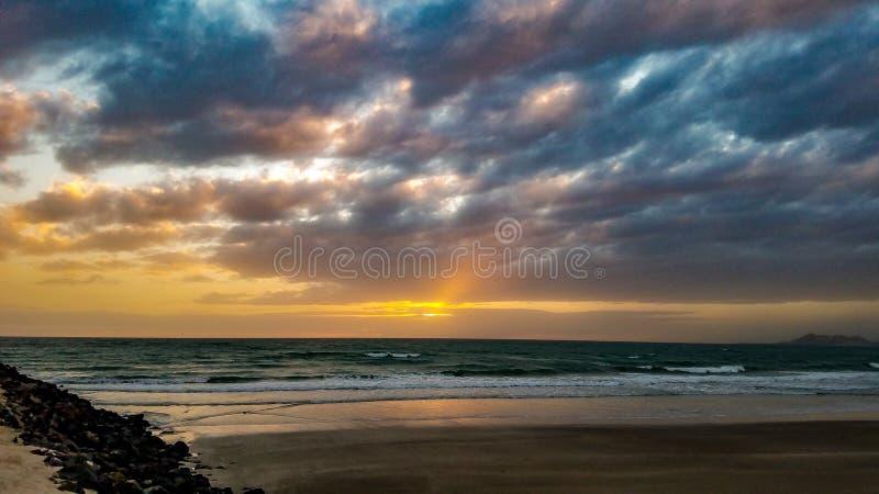 Заход солнца на горизонте на песчаном пляже, Puerto Penasco, Мексике стоковое изображение