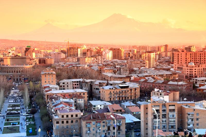 Заход солнца на городе Еревана, взгляд с величественной горой Арарата, Arme стоковое изображение