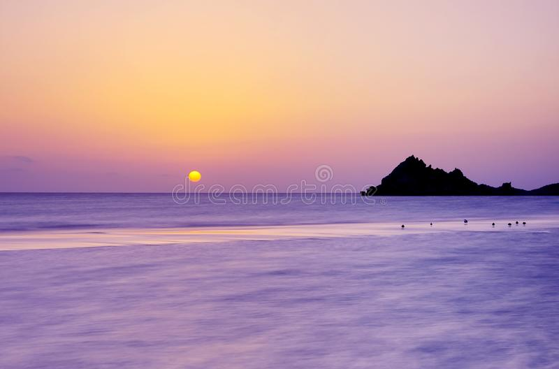 Заход солнца на диком пляже на Индийском океане на пляже острова рая долгая выдержка Выборочный мягкий фокус стоковое фото rf