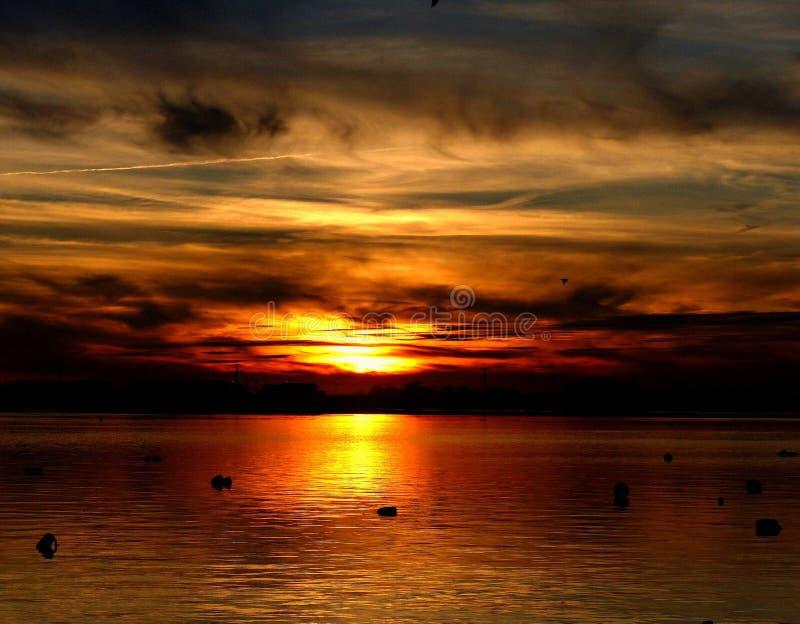 Заход солнца на заливе в острове Лонг-Бич, NJ стоковое изображение rf