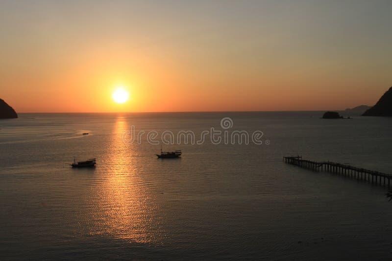 Заход солнца на заливе Labuan Bajo, Nusa Tenggara, острове flores, Индонезии стоковые изображения rf
