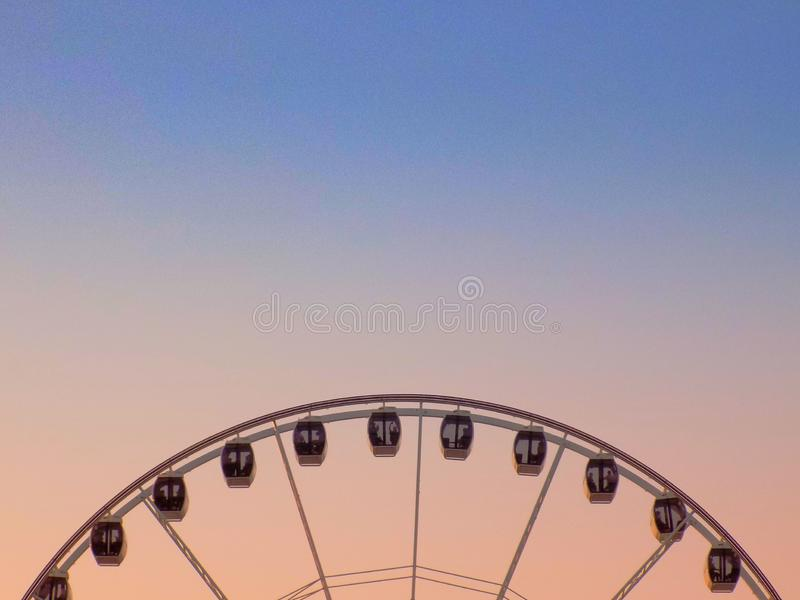 Заход солнца на колесе ferris стоковые изображения rf
