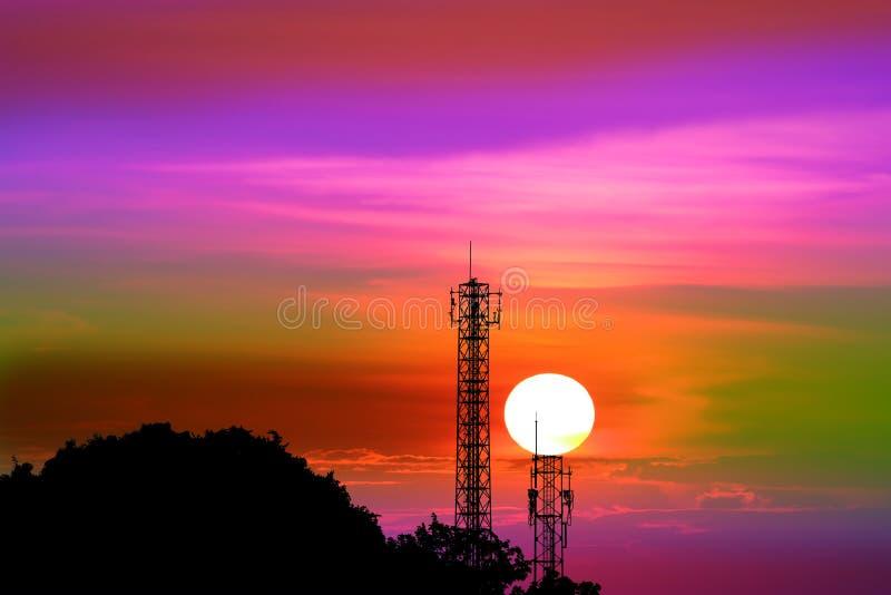 заход солнца на красочных выравниваясь небе и поляке сигнала силуэта стоковое изображение rf