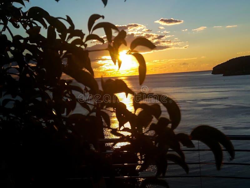 Заход солнца на море со сценарными облаками на горизонте стоковые фотографии rf