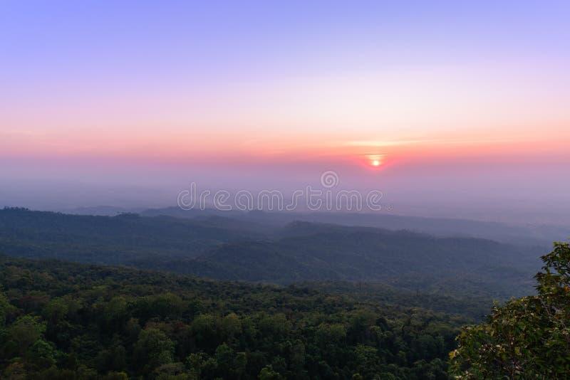 Заход солнца на национальном парке Phu Hin Rong Kla стоковые изображения rf