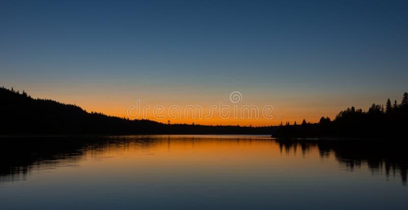 Заход солнца на озере во время нашего каное-располагаясь лагерем отключения стоковые изображения