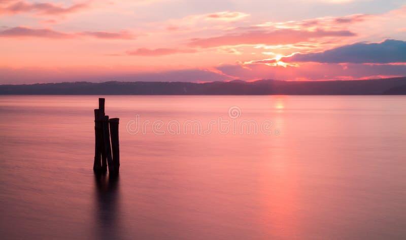 Заход солнца на озере Bracciano в Италии, долгая выдержка стоковые фотографии rf
