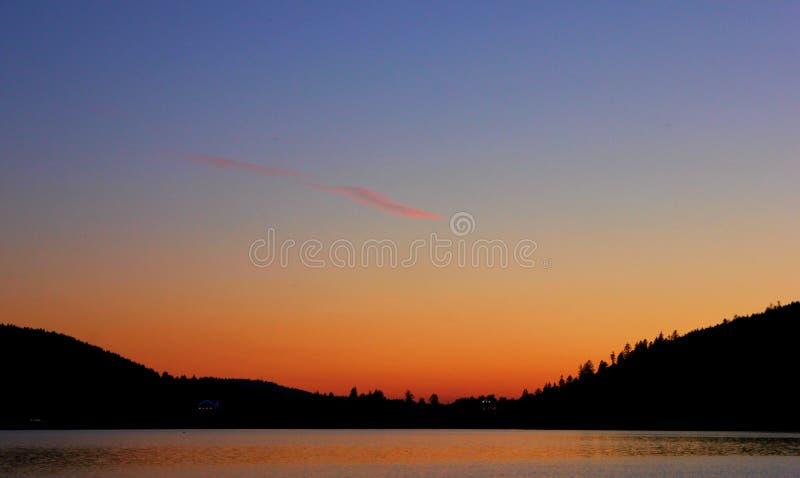 Заход солнца на озере gerardmer в Франции стоковые изображения rf