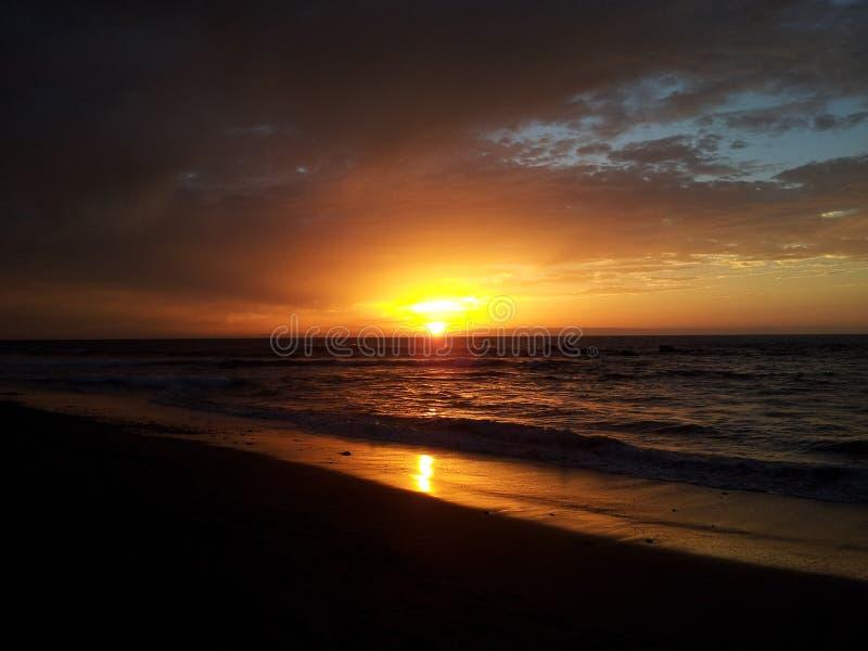 Заход солнца на острове солнечного дня пляжа стоковая фотография