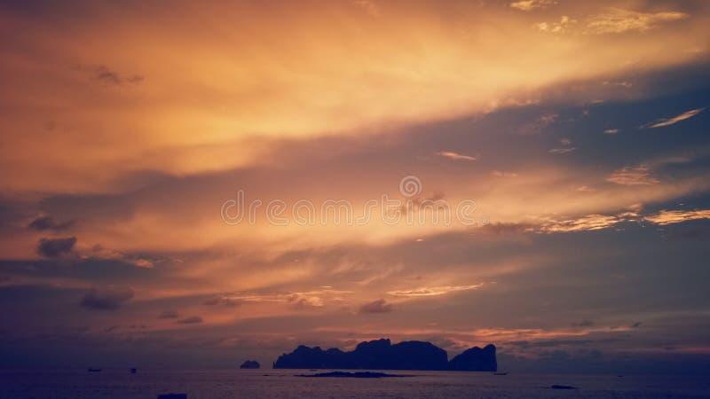 Заход солнца на острове стоковые фото
