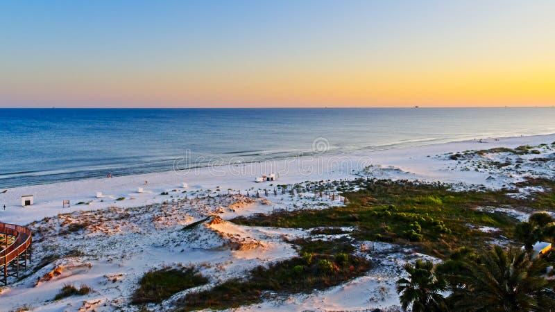 Заход солнца на пляже в заливе подпирает Al стоковые фото