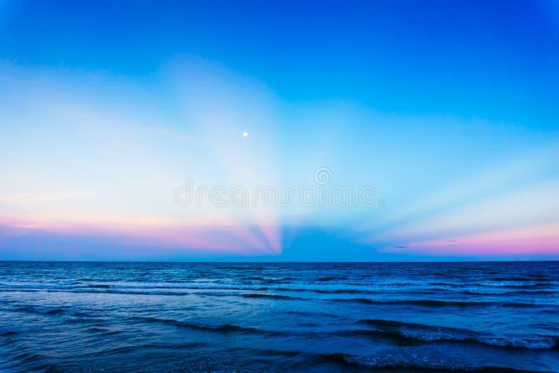 Заход солнца на пляже в Таиланде стоковое изображение