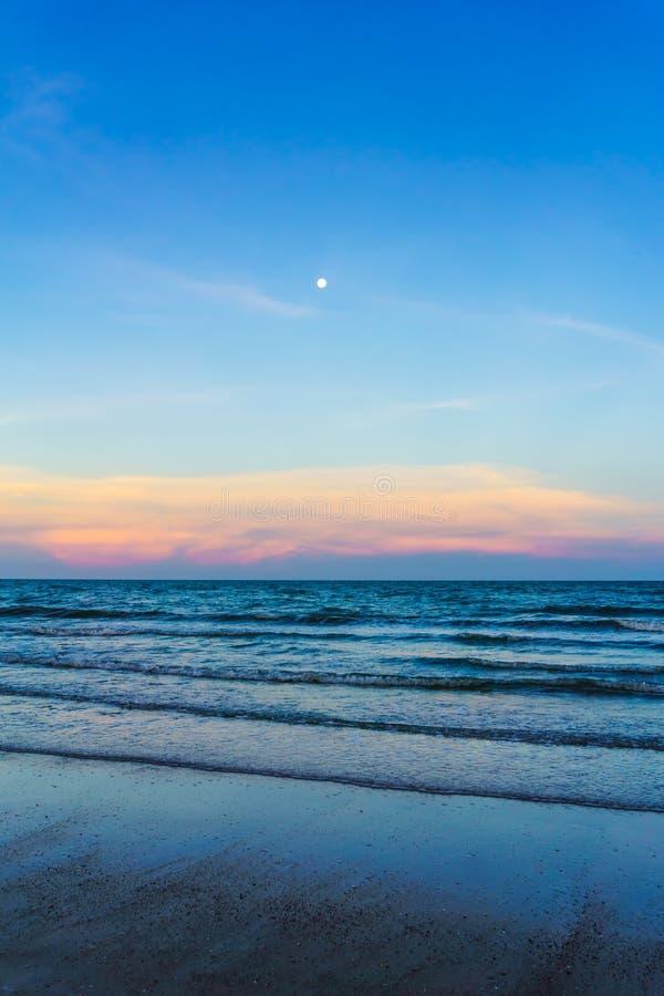 Заход солнца на пляже в Таиланде стоковые изображения