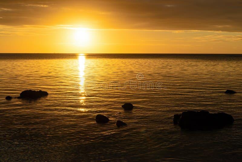 Заход солнца на пляже на острове Маврикия стоковое фото