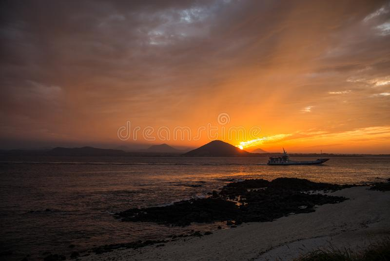 Заход солнца на пляже с красивым небом, ландшафт природы стоковые изображения rf