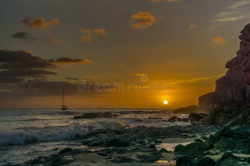 Заход солнца на пляже Фуэртевентуры стоковая фотография
