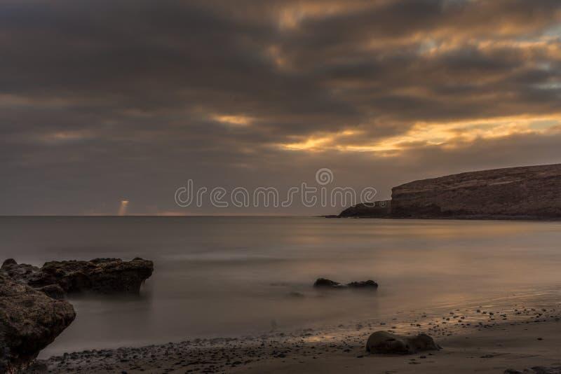 Заход солнца на пляже Фуэртевентуры стоковое изображение rf