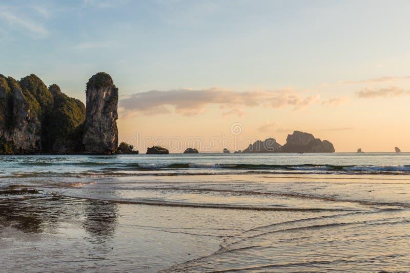 Заход солнца на пляже Ao Nang в Таиланде стоковое фото rf