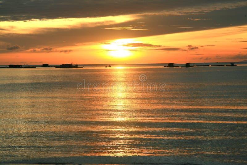 Заход солнца на пляже Bai Khem один из самых красивых пляжей в острове Phu Quoc, Вьетнаме стоковая фотография rf