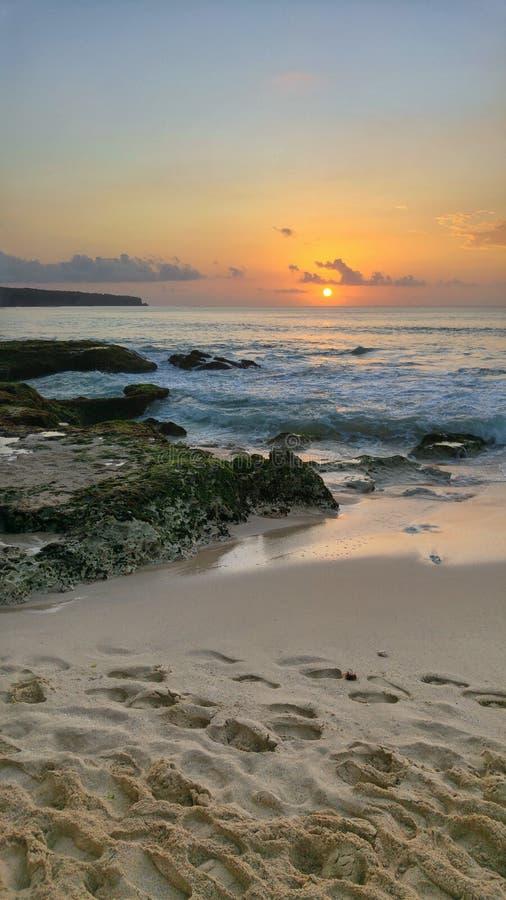 Заход солнца на пляже Dreamland в Бали стоковые изображения