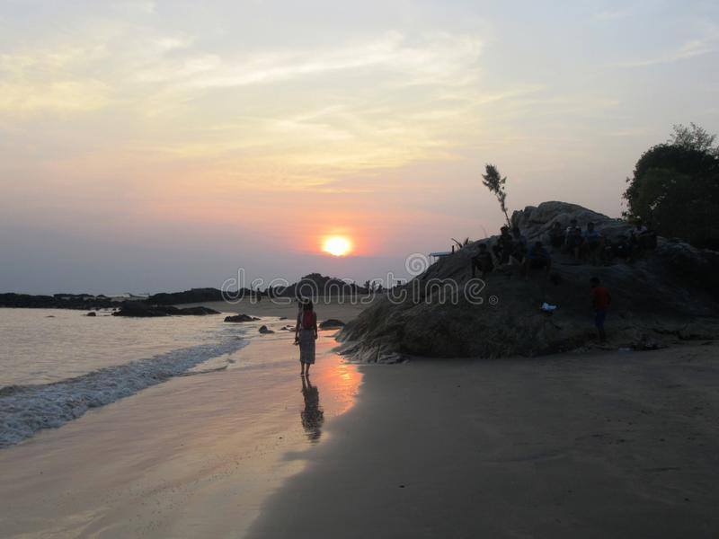 Заход солнца на пляже Om, чудесный пляж около Gokarna стоковая фотография