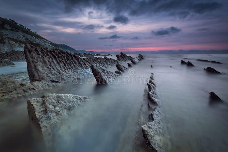 Заход солнца на пляже Sakoneta, Geopark в Deba стоковая фотография