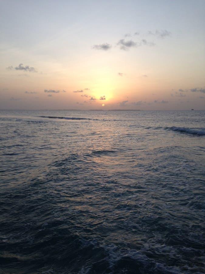 Заход солнца на побережье океана стоковое изображение