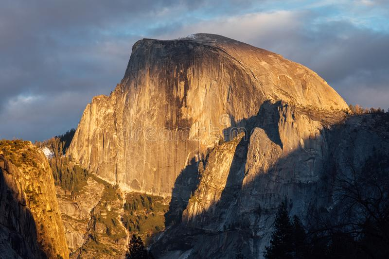 Заход солнца на половинном куполе в Yosemite стоковое фото