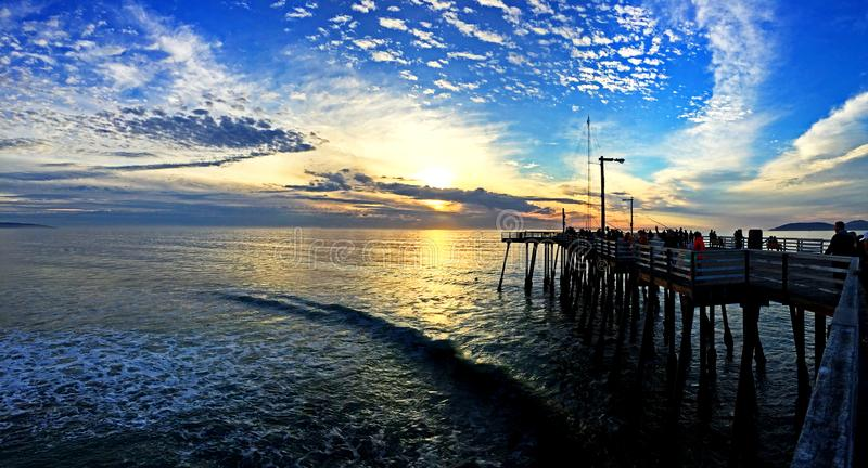 Заход солнца на пристани пляжа Pismo стоковая фотография