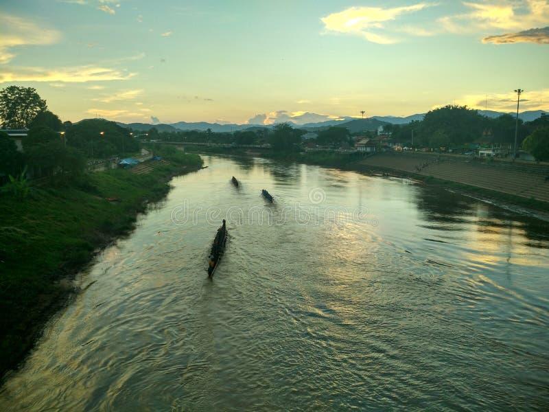 Заход солнца на реке Nan в Nan, Таиланде стоковое фото