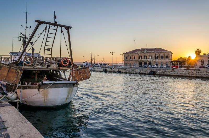 Заход солнца на рыбацкой лодке стоковые изображения