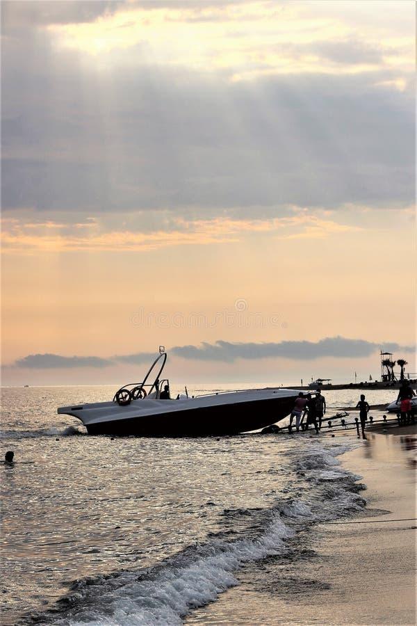 Заход солнца на Средиземном море, шлюпках и пляже, Турции стоковые фотографии rf