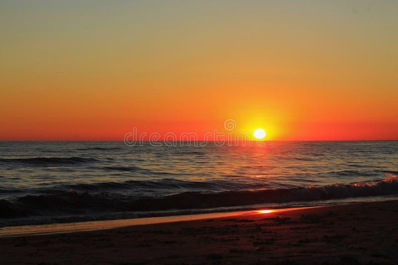 Заход солнца на штиле на море стоковая фотография