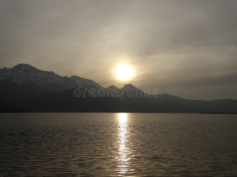 Заход солнца на Kochelsee стоковое изображение