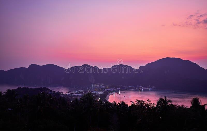 Download Заход солнца на Phi Phi Koh Стоковое Фото - изображение насчитывающей рассвет, джунгли: 111537952