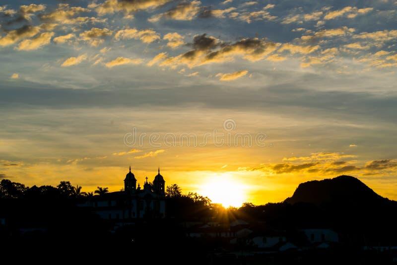 Заход солнца обозревая церковь Tiradentes стоковая фотография