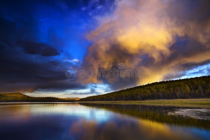 заход солнца озера пущи вниз стоковая фотография rf